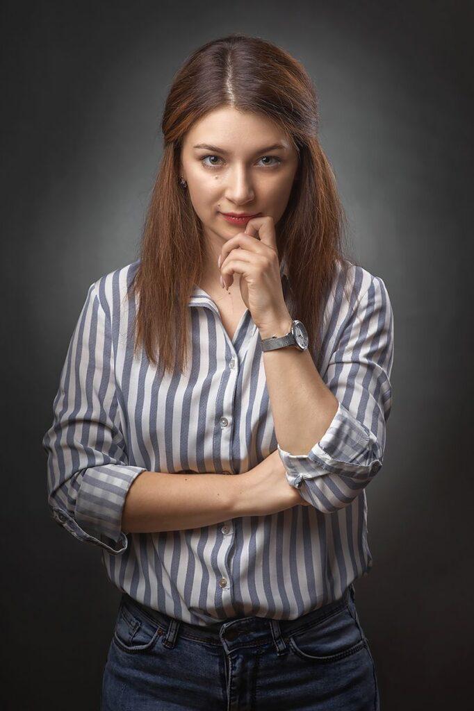 Заказ бизнес портрета не подразумевает устаревшие варианты мимики – сейчас допускается легкая улыбка, можно не смотреть в камеру. Поворот лица на три четверти помогает создать в кадре динамику и объем. С помощью профессиональных техник освещения и ракурсов мы скорректируем особенности внешности и подчеркнем наиболее выгодные. Наши фотографы создадут целостный имидж для вас и ваших сотрудников, воплотив его в бизнес портрете. Заказать бизнес-портрет в Киеве вы можете уже сегодня на нашем сайте с приятной скидкой.